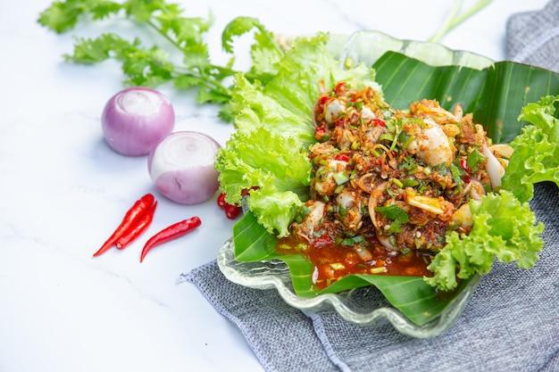 Würziger frischer austernsalat und thailändische lebensmittelzutaten.