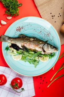 Würziger gebratener fisch mit kräutern und zitrone