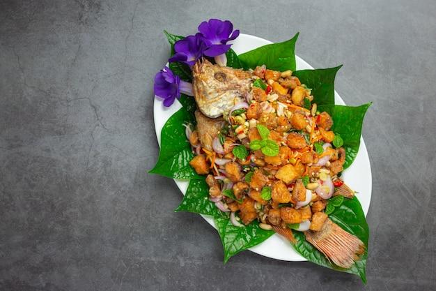 Würziger gebratener tubtim-fischsalat, scharfes, thailändisches essen.