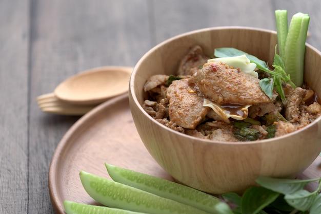 Würziger gegrillter schweinefleischsalat der tradition in der thailändischen nordöstlichen art nannte nam tok mho