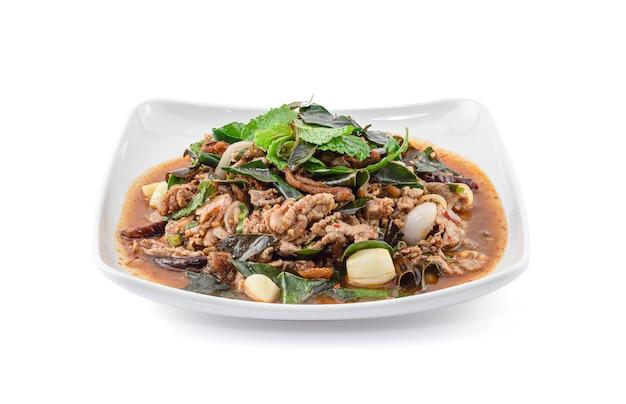 Würziger gehackter entensalat lokalisiert auf weißem hintergrund, thailändisches essen, larb ped.