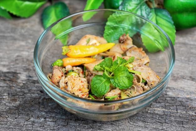 Würziger gehackter schweinefleisch-salat. thailändischer lebensmittelname larb moo oder pra moo.