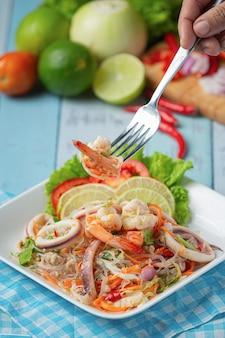 Würziger gemischter meeresfrüchtesalat mit thailändischen zutaten.