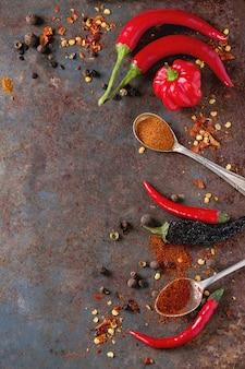 Würziger hintergrund mit chilischoten