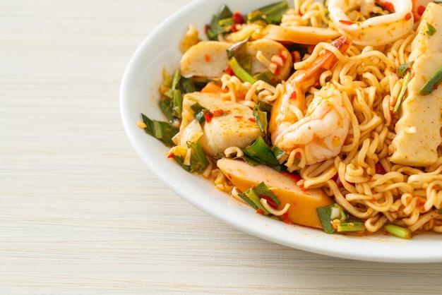 Würziger instant-nudelsalat mit gemischtem fleisch - asiatische küche