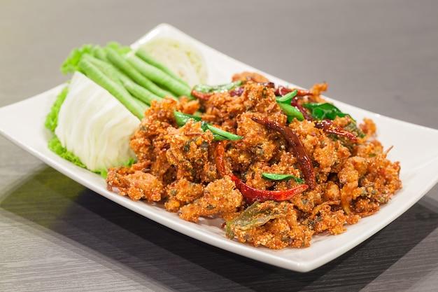 Würziger knusperiger schweinefleischsalat der thailändischen küche, larb