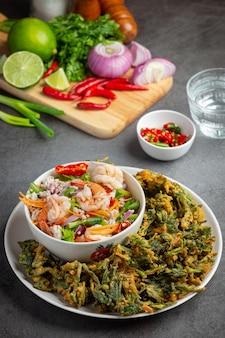 Würziger knuspriger winde-salat mit garnelen, würzige frische garnelen, thailändisches essen.