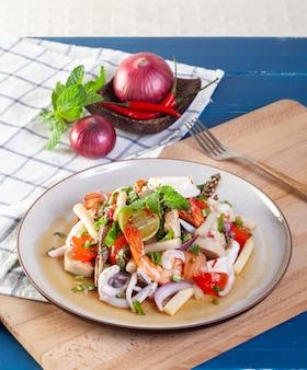Würziger meeresfrüchtesalat mit thailändischem gemüse