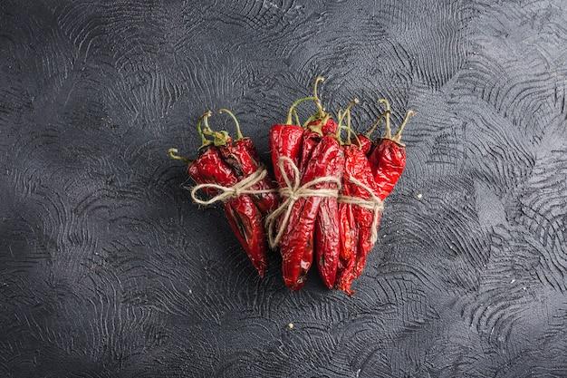 Würziger paprika auf einem dunklen hintergrund