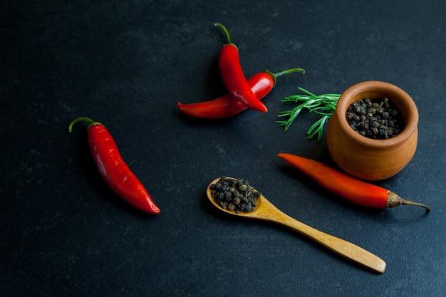 Würziger pfeffer des roten paprikas mit schwarzen pfefferkörnern