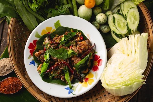 Würziger pilz-stroh-pilz-salat, lokales thailändisches esan-essen, thailand
