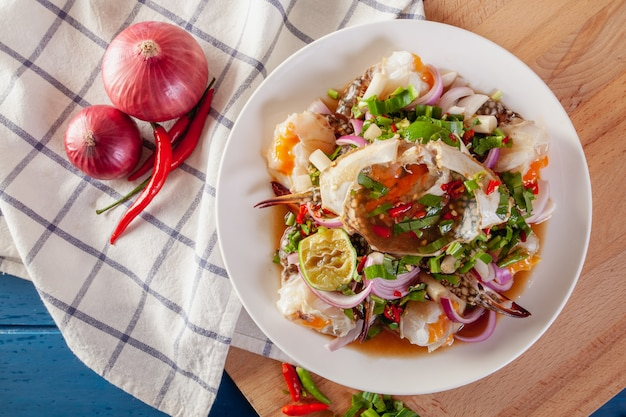 Würziger salat aus frischen blauen krabben mit thailändischem gemüse