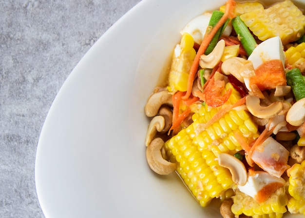 Würziger salat des köstlichen mais, papayasalat, thailändisches artlebensmittel
