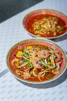 Würziger salat, garnelen und gemüse mischen