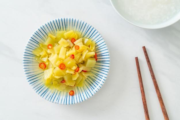 Würziger salat gurke oder sellerie mit sesamöl - asiatische küche