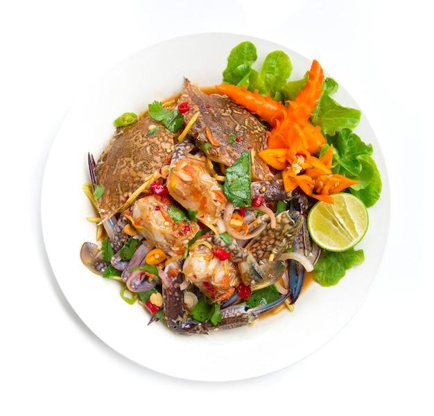 Würziger salat mit blauen krabben thai würziges essen vorspeise thailand essen goodtasty dekorieren mit chili geschnitzte draufsicht lokalisiert auf weißem hintergrund
