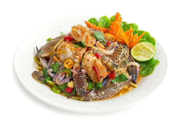 Würziger salat mit blauen krabben thai würziges essen vorspeise thailand essen goodtasty dekorieren mit chili geschnitzte seitenansicht lokalisiert auf weißem hintergrund