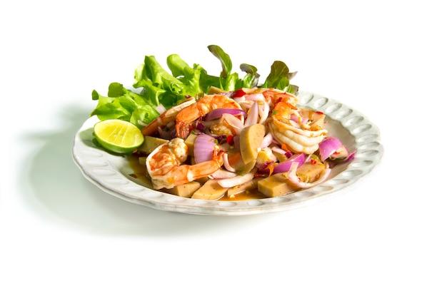 Würziger salat mit garnelen und fermentierter schweinswurst-chili-paste.