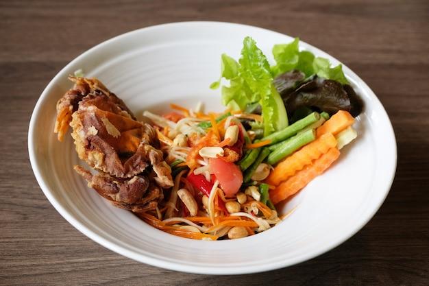 Würziger salat mit gebratener weicher krabbe des aufruhrs