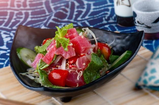Würziger salatthunfisch in der thailändischen art.