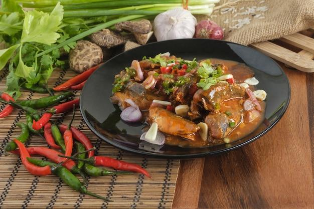 Würziger sardinen-salat in dosen, thailändisches fast food mit zutaten.