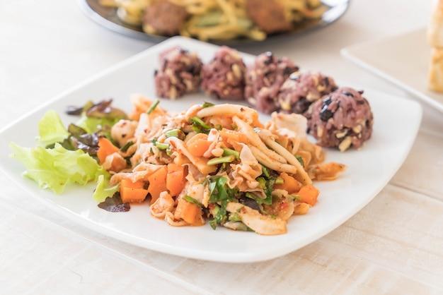 Würziger veganer salat mit klebriger beere und kornreis