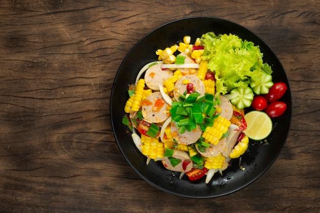 Würziger vietnamesischer schweinswurstsalat mit gemüse