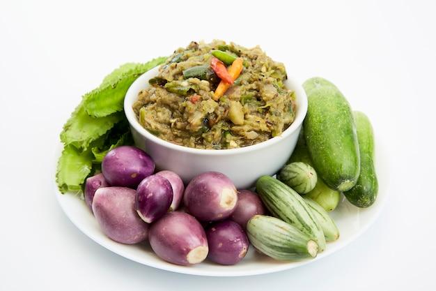 Würziges bad der makrelenfische und gemüse, thailändisches lebensmittel