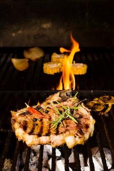 Würziges beefsteak mit gemüse in flammen gekocht
