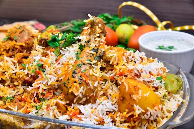 Würziges biryani-hähnchen nach pakistanischer art mit raita
