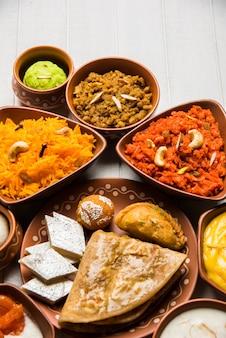 Würziges fischcurry - kerala, konkan, bengal, goa art in roter und brauner farbe, serviert mit reis
