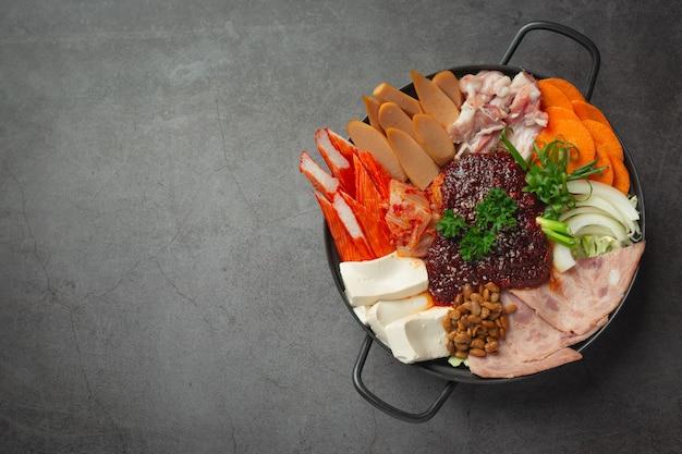 Würziges fleisch und schweinefleisch im heißen topf kochen