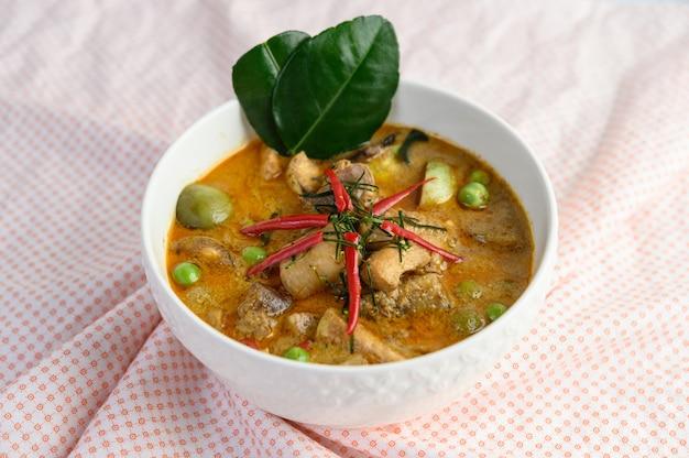 Würziges hähnchen gebraten mit thailändischen auberginen.