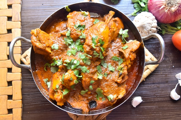 Würziges hühnchen-curry nach pakistanischer art