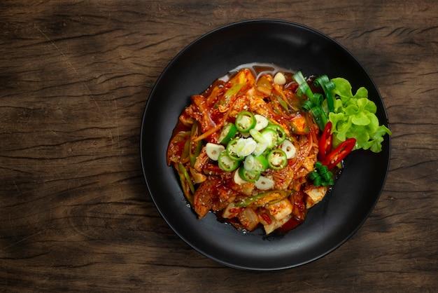 Würziges kimchi unter rühren gebraten mit schweinefleisch dwaejigogi kimchi bokkeum