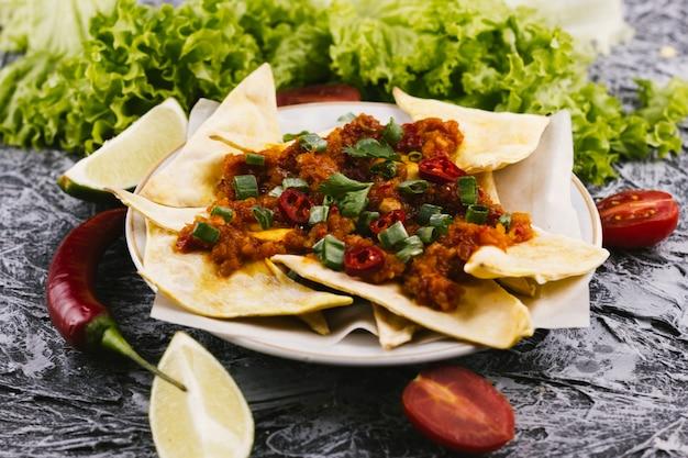 Würziges mexikanisches essen mit glühenden chilischoten