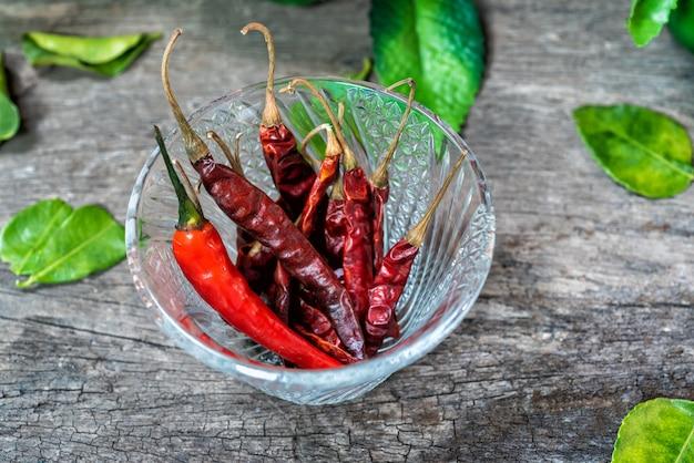 Würzt paprikas zum essen zusammen mit thailändischem essen.