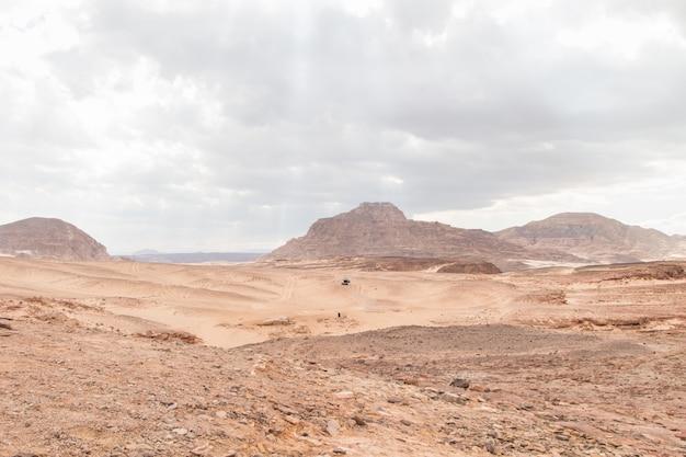 Wüste, rote berge, felsen und bewölkter himmel. ägypten, farbschlucht.