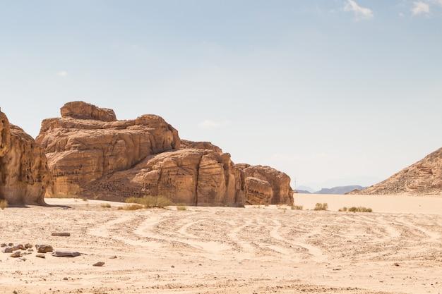 Wüste, rote berge, felsen und blauer himmel. ägypten, die sinai-halbinsel.