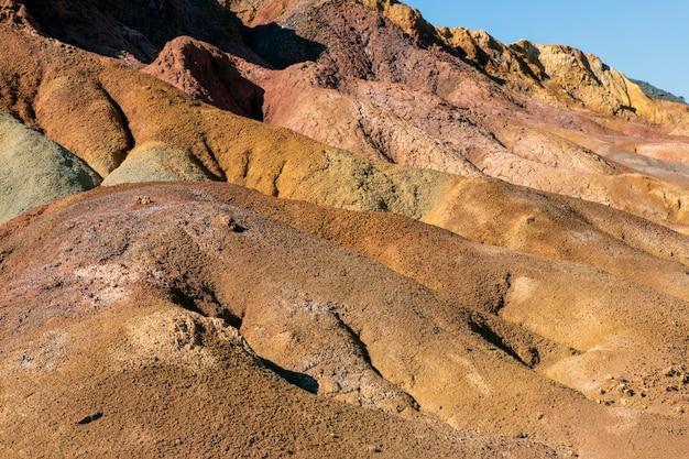 Wüsten- und felsiger berg mit starkem sonnenlicht, trockener und lebloser ort