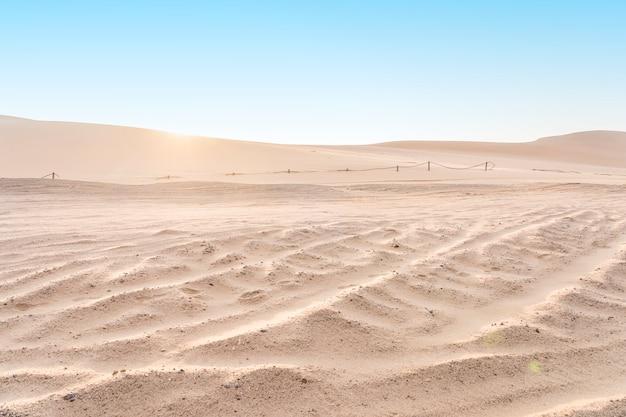 Wüstendünen des namib-naukluft-nationalparks bei sonnenaufgang nahe swakopmund in namibia, afrika.
