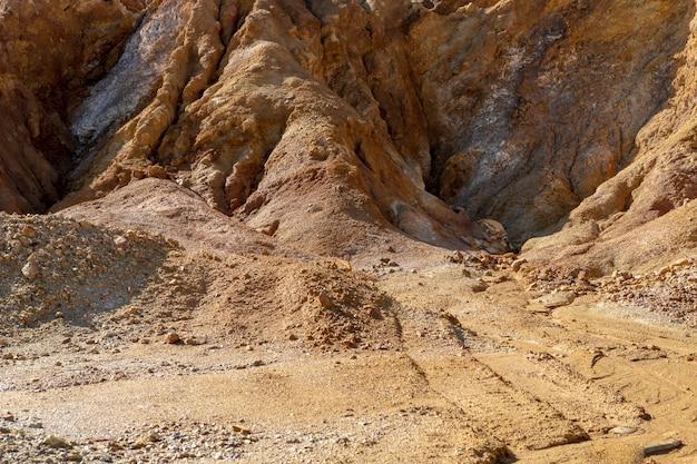 Wüstensandiger und trockener berghang als folge von bergbauaktivitäten ideal für texturen