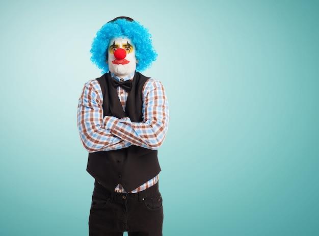 Wütend clown mit den gekreuzten armen