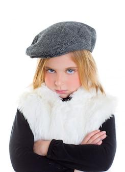 Wütend geste kind traurig blond kind mädchen porträt wintermütze