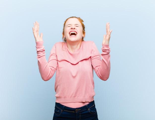 Wütend schreien, gestresst und genervt mit den händen in der luft sagen, warum ich