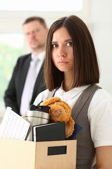 Wütend schreiender boss zeigt auf den arm, um auszusteigen