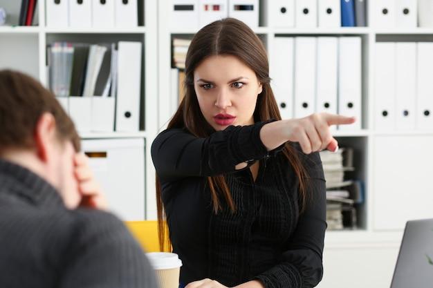 Wütend schreiender boss zeigt auf den arm, um zu gehen