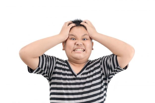 Wütend schreiender fettleibiger dicker junge, der die faust frustriert und wütend hebt.