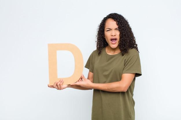 Wütend, wütend, nicht einverstanden, den buchstaben d des alphabets haltend, um ein wort oder einen satz zu bilden.