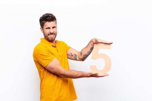 Wütend, wütend, nicht einverstanden, eine nummer 5 in der hand.